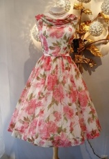 Could you just die for this vintage dress?!